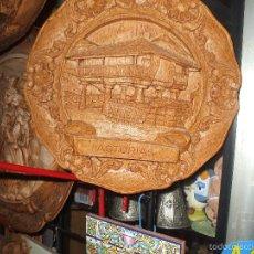 Antigüedades: PLATO DE PASTA DE RESINA ,RECUERDO DE ASTURIAS ,FIGURA HORREO, MIDE APROX 24 CENT DE DIAMETRO. Lote 57943705