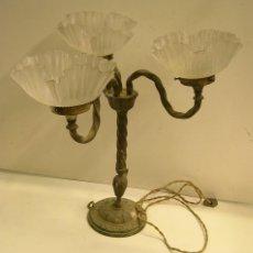 Antigüedades: LAMPARA DE SOBREMESA DE BRONCE Y CRISTAL.. Lote 57959838