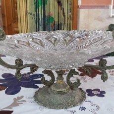 Antigüedades: ANTIGUO CENTRO DE MESA EN CRISTAL TALLADO Y BRONCE. Lote 57965652