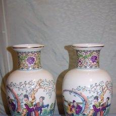 Antigüedades: DOS JARRONES EN PORCELANA CHINA CON ORNAMENTACIÓN ESTAMPADA. Lote 57968896
