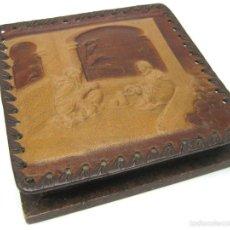 Antigüedades: CAJA EN CUERO REPUJADO CORDOBÁN . ESCENA DE ÁRABES TOMANDO TE. Lote 57998928