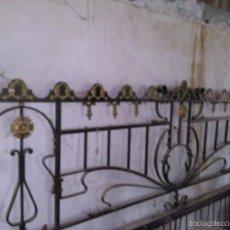Antigüedades: DESCOMUNAL CABECERO DE HIERRO FORJADO CON DECORACIONES EN DORADO - VER FOTOS. Lote 58076393