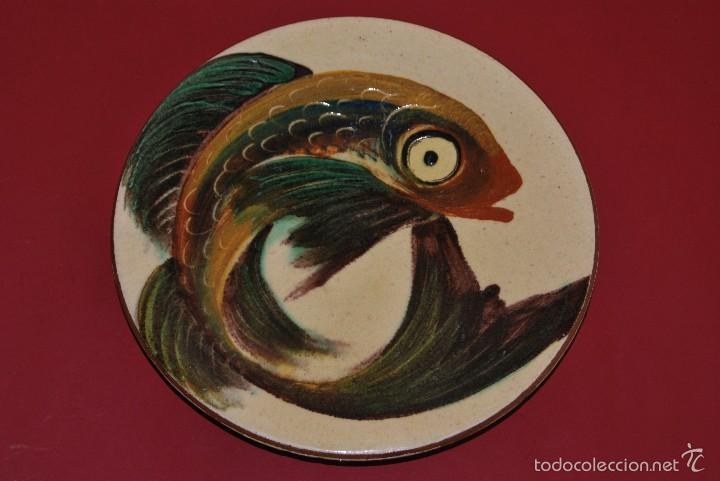 PLATO DE CERÁMICA DE LA BISBAL - PEZ - FIRMADO PUIGDEMONT (Antigüedades - Porcelanas y Cerámicas - La Bisbal)