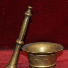 Antigüedades: ANTIGUO ALMIREZ DE FINALES DEL SIGLO XIX REALIZADO EN BRONCE CON SU MANO. Lote 58127198