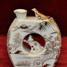 Antigüedades: BOTELLA EN PORCELANA JAPONESA. KUTANI. CON MOTIVOS PINTADOS A MANO. Lote 58129333