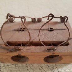 Antigüedades: RATONERA DE MADERA Y ALAMBRE ANTIGUA. Lote 58143092
