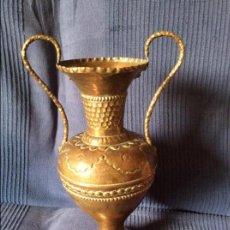 Antigüedades: JARRON Y CENICERO DE COBRE DECORADOS. IDEAL DECORACIÓN RÚSTICA. CENTRO DE MESA BODEGA.. Lote 58148160
