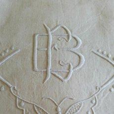Oggetti Antichi: SÁBANA MATRIMONIO METIS CON INICIALES EB CON BONITO BORDADO DE MARIPOSA 305×205. Lote 58160561