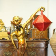 Antigüedades: LAMPARA. GENIO DE LA LAMPARA. MADERA POLICROMADA. VINTAGE. ESPAÑA. CIRCA 1950.. Lote 58183550