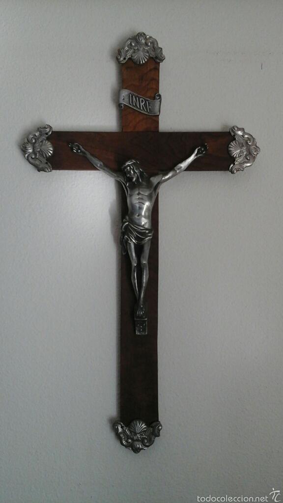 ANTIGUO CRUCIFIJO REALIZADO EN MADERA Y TERMINACIONES EN PLATA O ALPACA. AÑOS 70, 80 (Antigüedades - Religiosas - Crucifijos Antiguos)