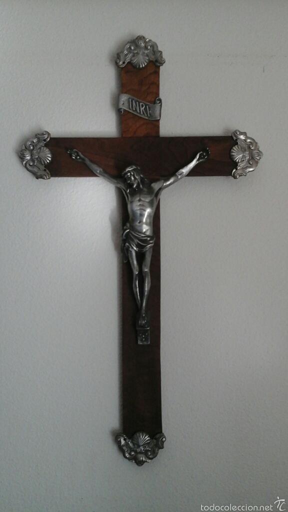 Antigüedades: Antiguo crucifijo realizado en madera y terminaciones en plata o alpaca. Años 70, 80 - Foto 2 - 54699575