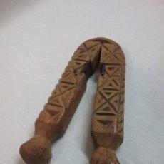 Antigüedades: ANTIGUO CASCAPIÑONES CASCA PIÑONES DE MADERA TALLADA ARTE PASTORIL. Lote 58232321