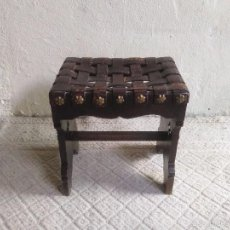Antigüedades: BANQUETA ANTIGUA DE CUERO ESTILO RENACIMIENTO ESCABEL TABURETE ANTIGUO SILLA DESCALZADORA S.XIX. Lote 58236508