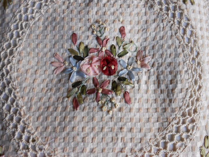 Antigüedades: Preciosa funda de cojin, color beige. lino.bordados a mano de cintas y ganchillo 45 x 45 cm. nuevo - Foto 4 - 187226691