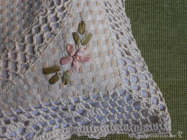 Antigüedades: Preciosa funda de cojin, color beige. lino.bordados a mano de cintas y ganchillo 45 x 45 cm. nuevo - Foto 5 - 187226691