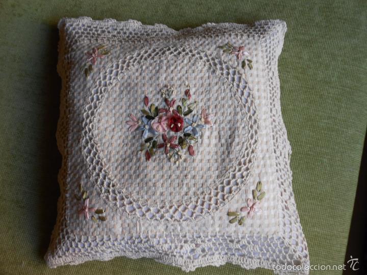Antigüedades: Preciosa funda de cojin, color beige. lino.bordados a mano de cintas y ganchillo 45 x 45 cm. nuevo - Foto 6 - 187226691