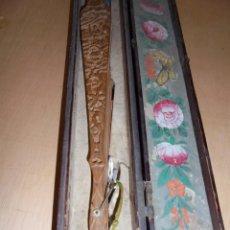 Antigüedades: ANTIGUO ABANICO CHINO S. XIX PAPEL SEDA Y CABEZAS DE MARFIL , VARILLAJE TALLADO MADERA DE SANDALO . Lote 58266506