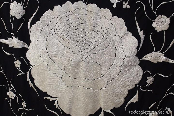Antigüedades: Mantón de Manila antiguo en seda natural bordado a mano con fleco anudado a mano. REF. M.ANT-9 - Foto 3 - 58276151