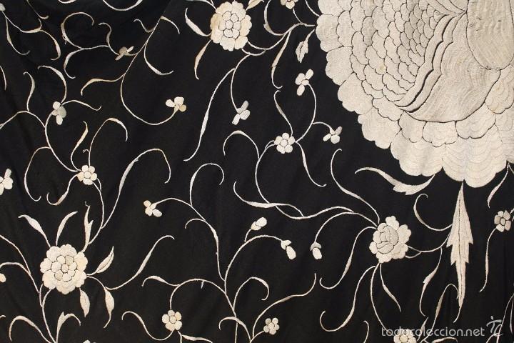 Antigüedades: Mantón de Manila antiguo en seda natural bordado a mano con fleco anudado a mano. REF. M.ANT-9 - Foto 4 - 58276151