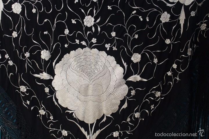 Antigüedades: Mantón de Manila antiguo en seda natural bordado a mano con fleco anudado a mano. REF. M.ANT-9 - Foto 6 - 58276151