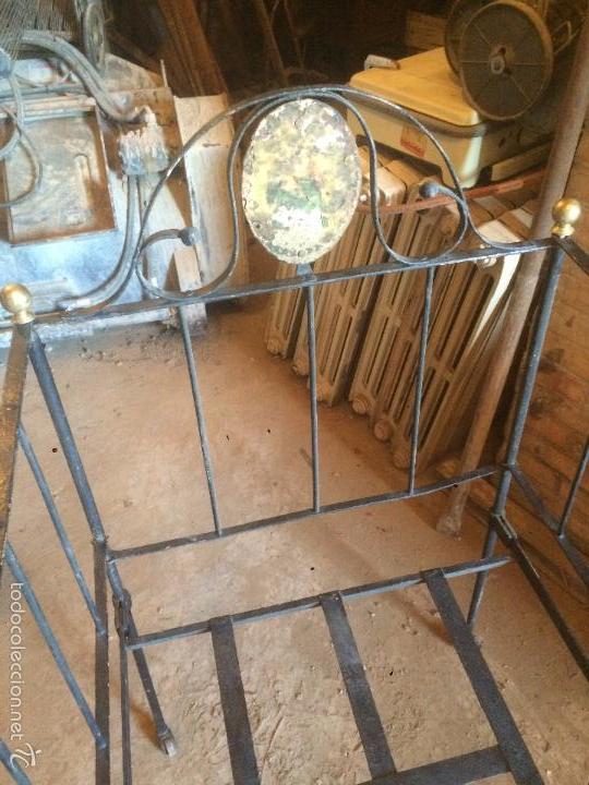 Antigüedades: Antigua cama / cuna de niño o bebe de hierro forjado de finales del siglo XIX plegable - Foto 3 - 58280425