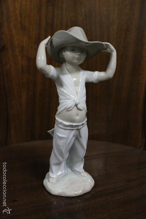 PORCELANA NAO LLADRO.NIÑO SOMBRERO GRANDE.ESCULTOR FRANCISCO CATALA, AÑO 1992.IMPECABLE. 23 CMS (Antigüedades - Porcelanas y Cerámicas - Lladró)