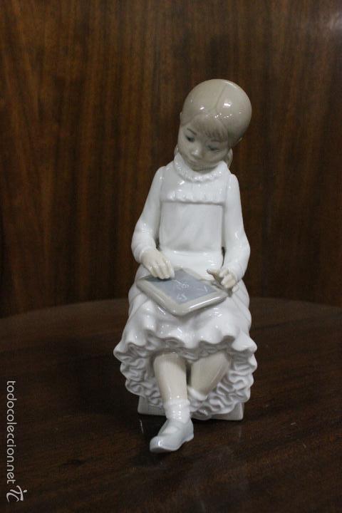 PORCELANA NAO LLADRO.NIÑA ESCRIBIENDO EN PIZARRA. IMPECABLE. 18 CMS (Antigüedades - Porcelanas y Cerámicas - Lladró)