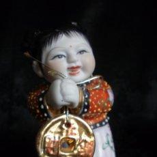 Antigüedades: FIGURA DE NIÑA CHINA EN PORCELANA CON AMULETO DEL TIBET. Lote 58338620