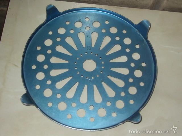 Antigüedades: ANTIGUO SALVAMANTELES REDONDO DE ALUMINIO. - Foto 4 - 58342783