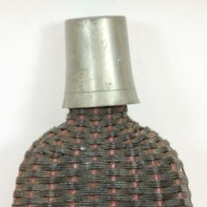 Antigüedades: PETACA DE PELTRE. FORRADA EN MALLA DE JUNCO. CIRCA 1940. . Lote 58361070