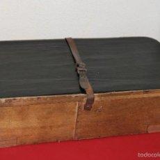 Antigüedades: ANTIGUA CAJA DE MADERA CON CIERRE DE CUERO PARA VESTIDO O TRAJE - MALETA DE MODISTA - PP. S.XX. Lote 58364017