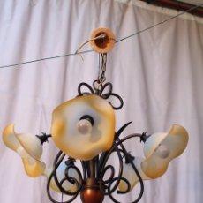 Antigüedades: LAMPARA DE TECHO CON 5 LUCES EN MADERA HIERRO Y TULIPAS DE CRISTAL. Lote 58372371