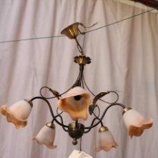 Antigüedades: LAMPARA DE TECHO CON 5 LUCES EN METAL Y TULIPAS DE CRISTAL. Lote 58372375