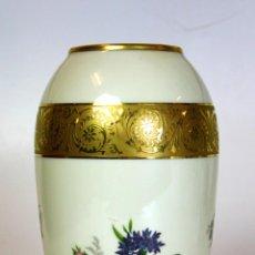 Antigüedades: JARRÓN. PORCELANA DE LIMOGES. DECORADO CON ORO. FRANCIA. CIRCA 1950.. Lote 58376678