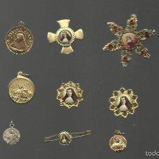 Antigüedades: GRAN COLECCION MEDALLAS ALFILERES COLGANTES UNA DE ELLAS CON RELIQUIA AUTENTICA DE Mª TERESA JORNET. Lote 58380904