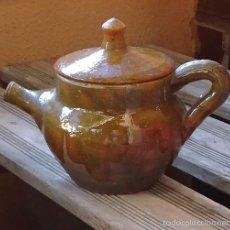 Antigüedades: CAFETERA CON TAPA DE BARRO COCIDO BARNIZADO, PARCIALMENTE EL EXTERIOR. TONOS VERDE IRISADO. Lote 58382739