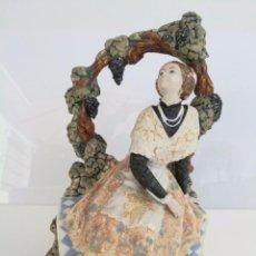 Antigüedades: PRECIOSA PORCELANA - FALLERA BAJO LA PARRA - SELLADA ARTISTICA LEVANTINA - 32 X 23 CM. Lote 58394793