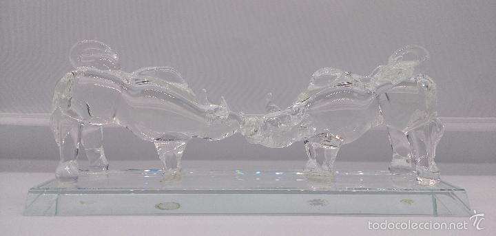 ESCULTURA ANTIGUA EN CRISTAL DE MURANO ITALIANO ( TOROS ENCARADOS SOBRE PEANA ), ISLA DE SAN MICHELE (Antigüedades - Cristal y Vidrio - Murano)