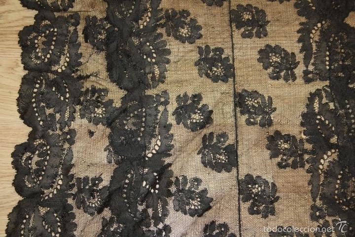 Antigüedades: MANTILLA NEGRA. ENCAJE BORDADO A MANO SOBRE TUL. ESPAÑA.CIRCA 1900. - Foto 7 - 58425004