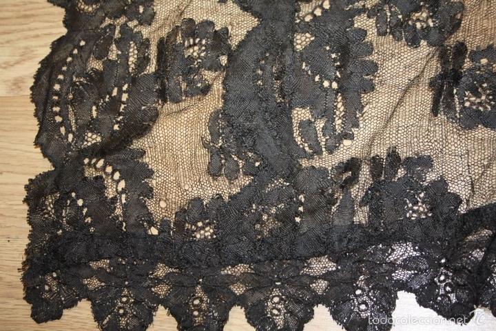 Antigüedades: MANTILLA NEGRA. ENCAJE BORDADO A MANO SOBRE TUL. ESPAÑA.CIRCA 1900. - Foto 9 - 58425004