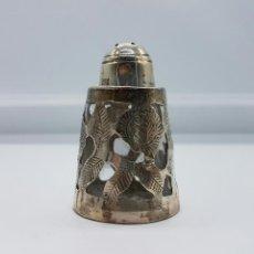 Antigüedades: SALERO ANTIGUO EN CRISTAL Y PLATA DE LEY CONTRASTADA, BELLAMENTE CINCELADO Y TROQUELADO, ART DECÓ .. Lote 58441943