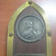 Antigüedades: BONITO RELICARIO CON IMAGEN DE SANTA TERESA DEL NIÑO JESUS, SIGLO XIX, MADERA Y BRONCE LABRADO. Lote 58456211