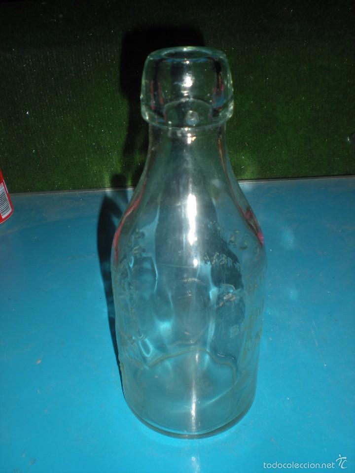 Antigüedades: Botella de vidrio inglesa con relieve de vaca e inscripción Absolutely Pure milk - Foto 4 - 58475974
