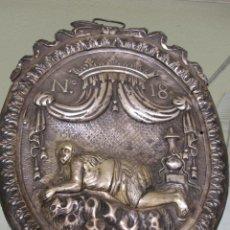Antigüedades: GRAN PLACA REPUJADA EN PLATA DEL S. XVIII. PROBABLEMENTE COLONIAL. ¿DE UN ESTANDARTE?. Lote 58509034