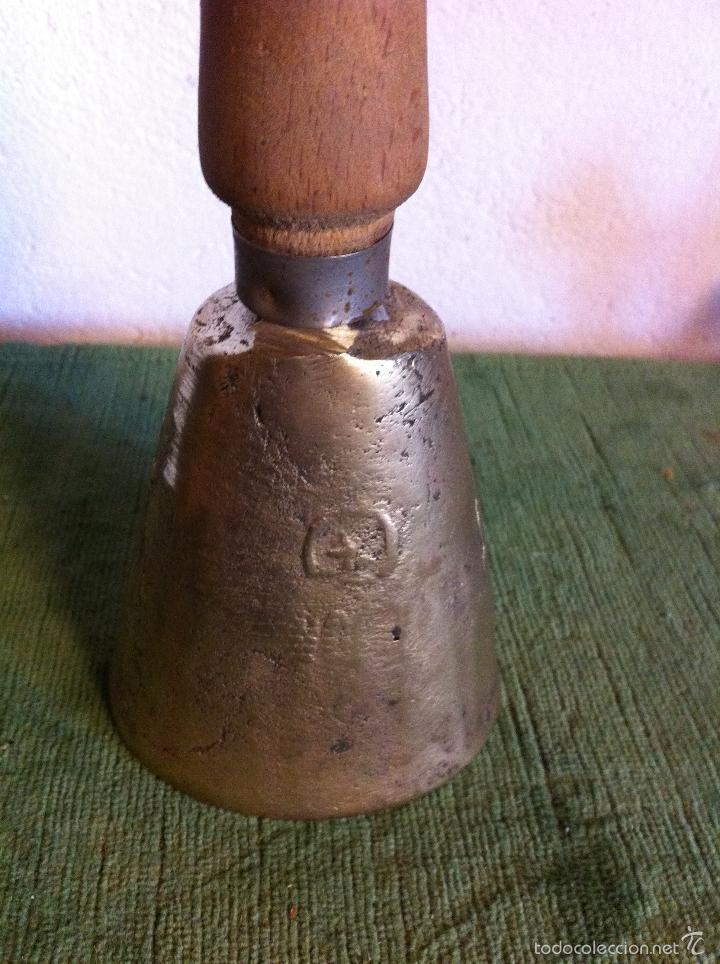 Antigüedades: GRAN CAMPANA CON MANGO DE MADERA MUY ANTIGUA - Foto 3 - 58539122