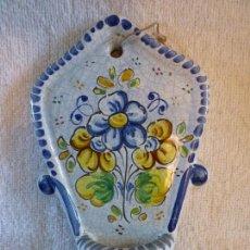 Antigüedades: ANTIGUA BENDITERA DE TALAVERA DECORADA A MANO. Lote 58542600