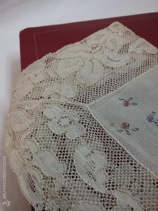 Antigüedades: ANTIGUO PAÑUELO DE TUL Y PUNTILLA CON FLORES PINTADAS A MANO EN CAJA GUARDAR PAÑUELOS - Foto 2 - 58600827