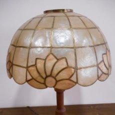 Antigüedades: LAMPARA DE SOBREMESA EN MADERA Y NACAR ESTILO TYFANYS. Lote 58940820