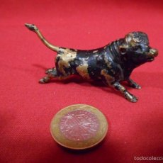 Antigüedades: ANTIGUA FIGURA DE TORO EN BRONCE - MINIATURA -FINALES SIGLO XIX -. Lote 59058370