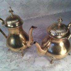 Antigüedades: CAFETERA Y TETERA EN BRONCE EUROPEO DORADO Y CINCELADO. MITAD SIGLO XX.. Lote 59132865